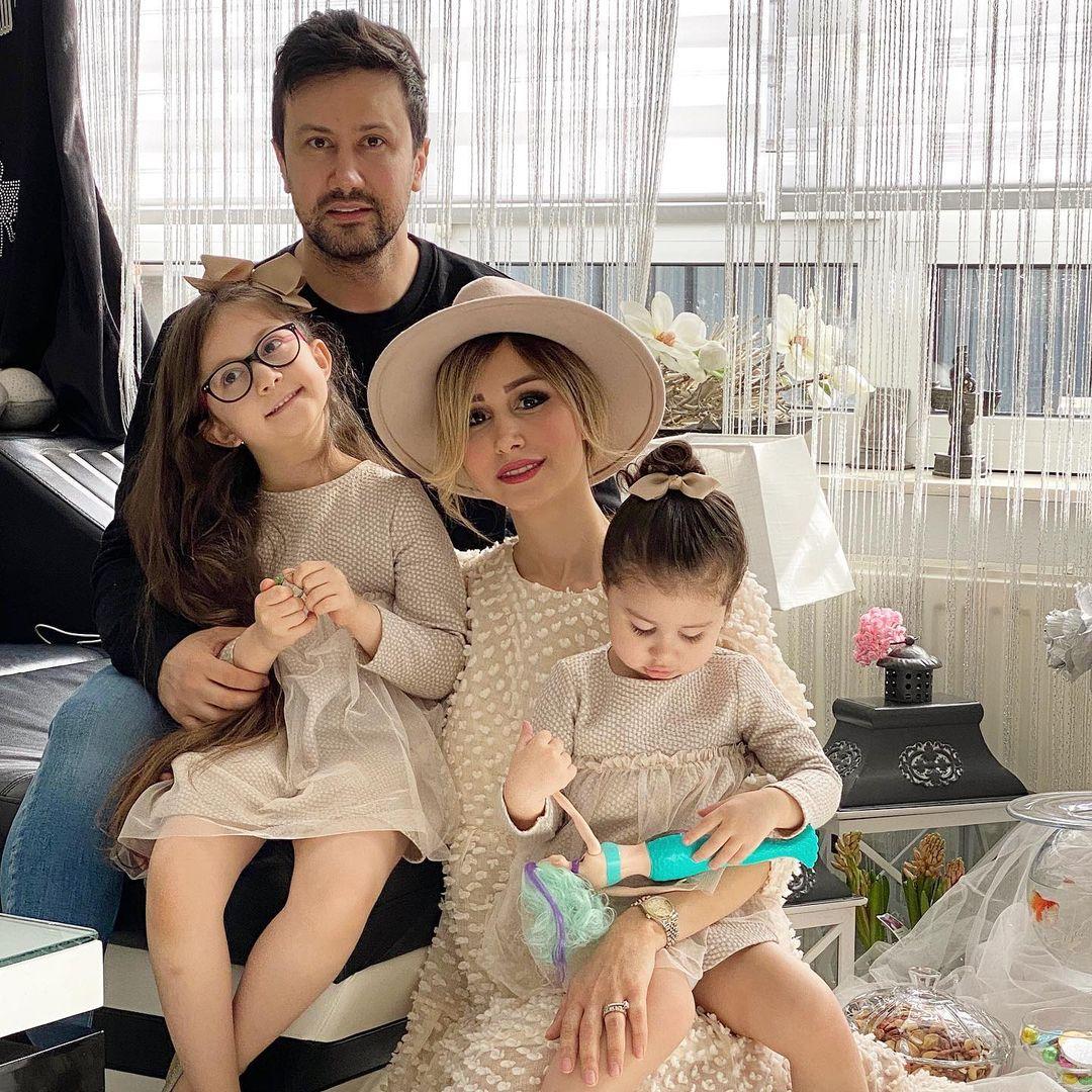 شاهرخ استخری همراه با همسر و فرزندانش