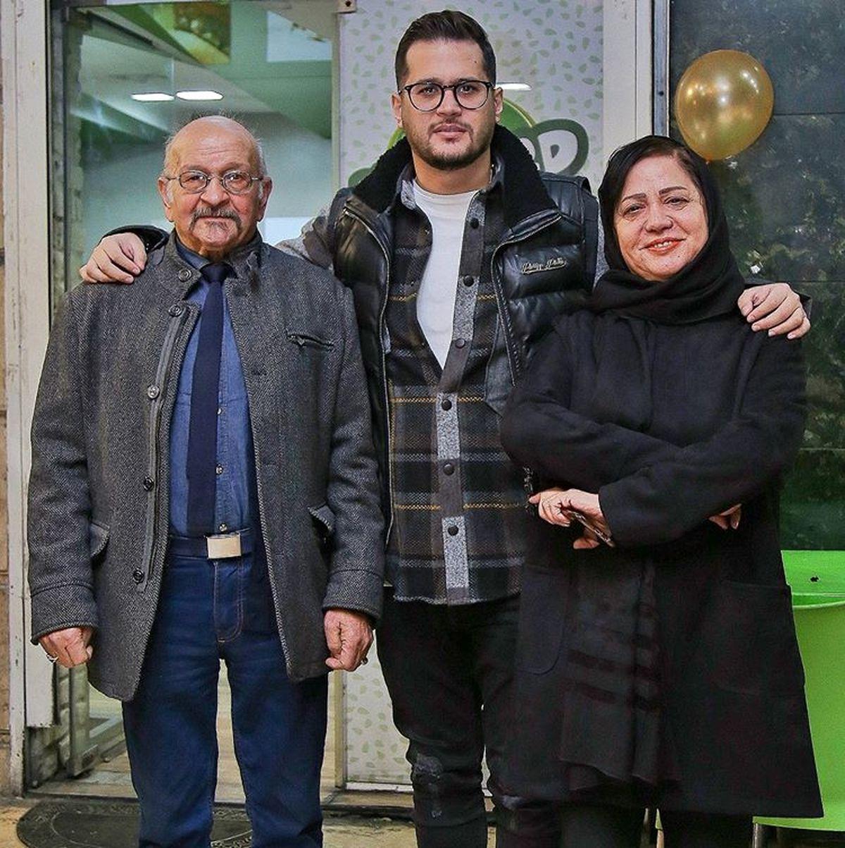 سیاوش خیرابی در کنار پدر و مادرش