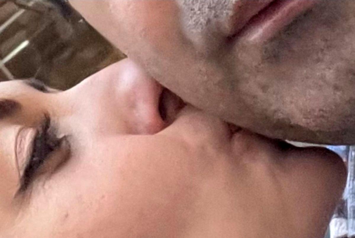 عکس جنجالی بوسه زدن نفیسه روشن روی صورت مرد غریبه!