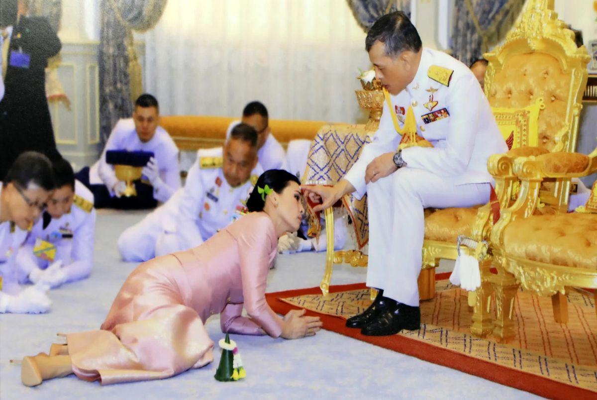 (عکس) جاروکشی پادشاه تایلند و معشوقه جنجالی اش در زندان!