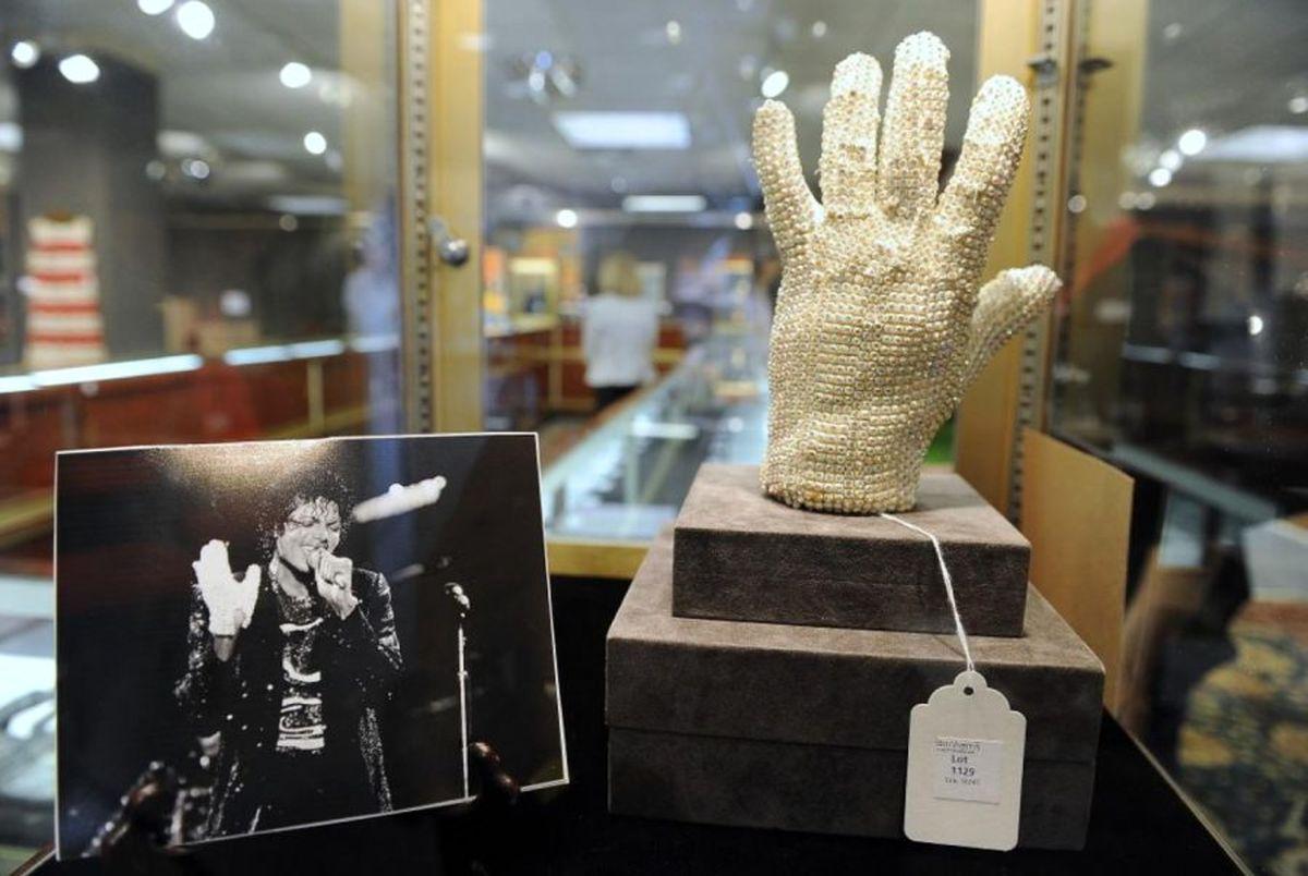 دستکش مایکل جکسون ۸۵ هزار پوند فروخته شد