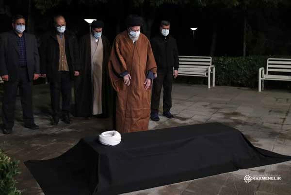 (عکس) نماز رهبر انقلاب بر پیکر آیتالله مصباح یزدی